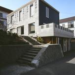 土地の高低差を有効活用した家